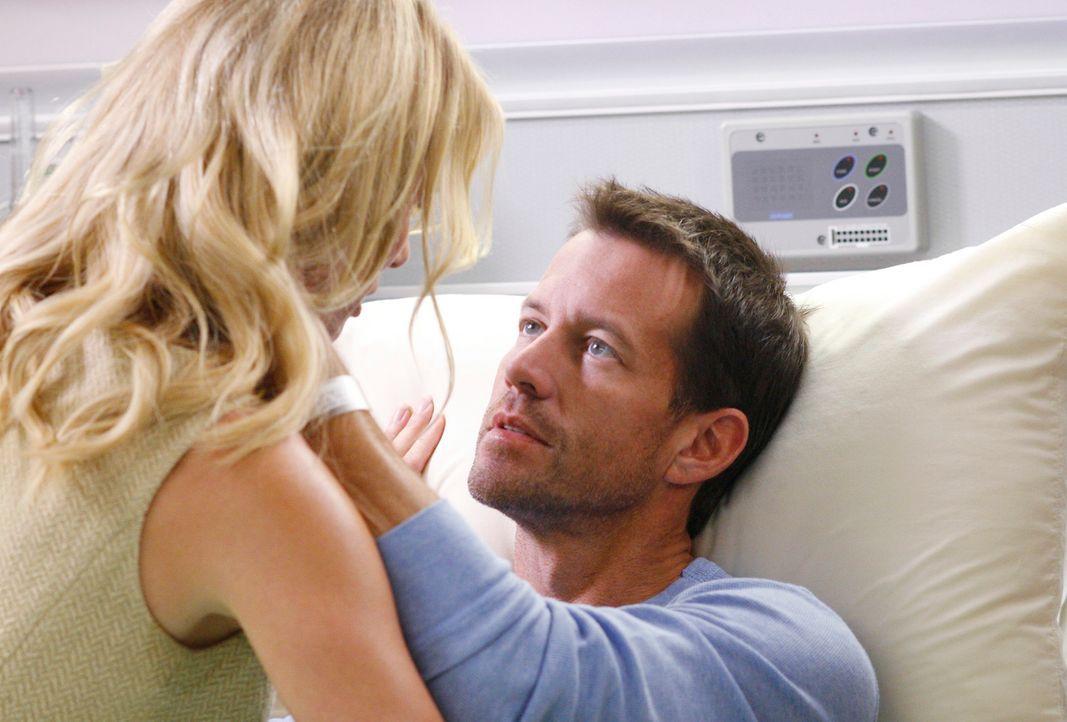 Edie (Nicolette Sheridan, l.) packt ihren ganzen Mut zusammen und beichtet Mike (James Denton, r.), dass sie nie ein Paar, noch nicht einmal Freunde... - Bildquelle: 2005 Touchstone Television  All Rights Reserved