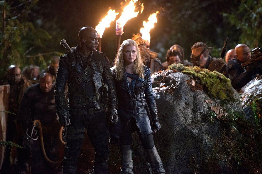 Lincoln (Ricky Whittle, l.) und Clarke (Eliza Taylor, r.) kämpfen an vorderster Front, doch wie gut ist ihr Rückhalt? - Bildquelle: 2014 Warner Brothers
