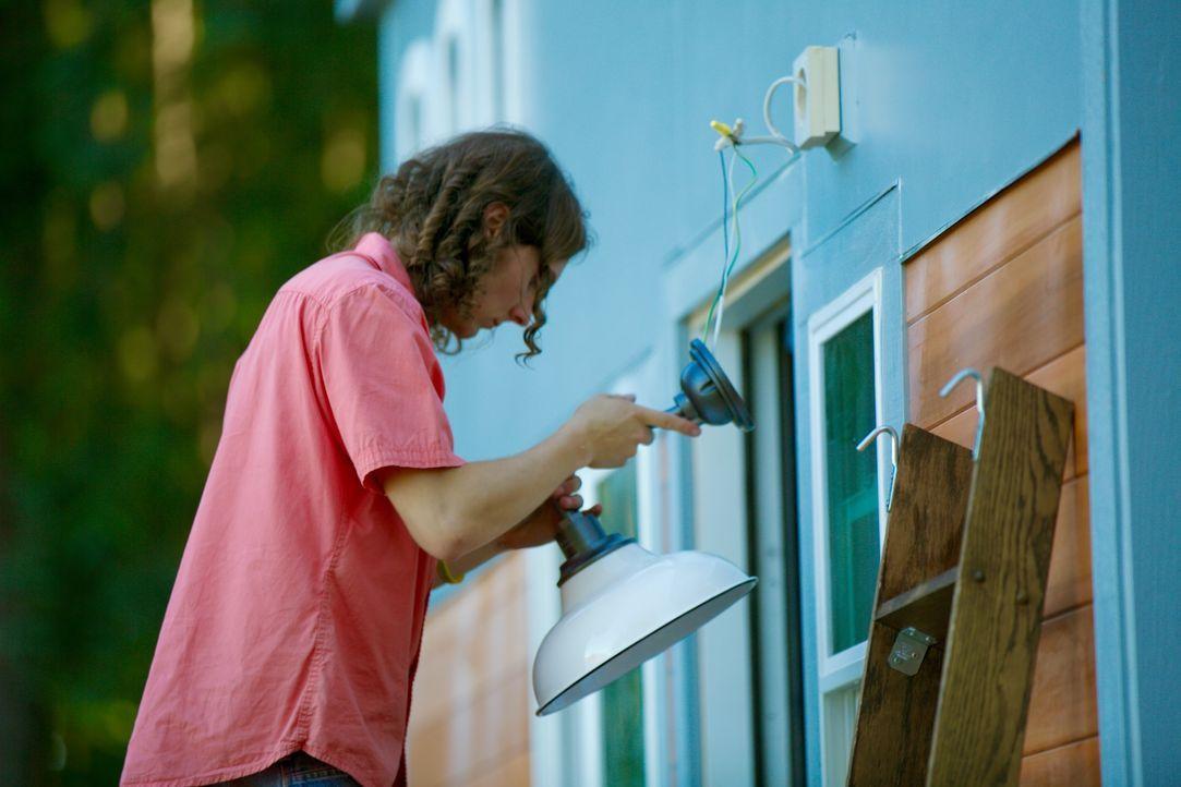"""Damit das """"Tiny House"""" im richtigen Glanz erstrahlt, kümmert sich Zach um die passende Beleuchtung ... - Bildquelle: 2015, HGTV/Scripps Networks, LLC. All Rights Reserved"""