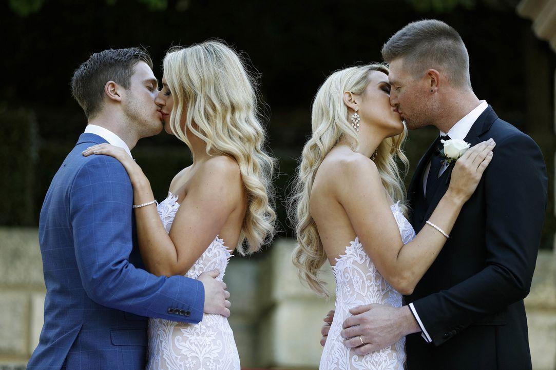 Am Altar haben Sharon (2.v.r.) und Nick (r.) eine sofortige Verbindung. Während Jesse (2.v.l.) einen Funken spürt, fühlt sich Michelle (l.) zunächst... - Bildquelle: Nigel Wright ENDEMOLSHINE AUSTRALIA AND CHANNEL NINE