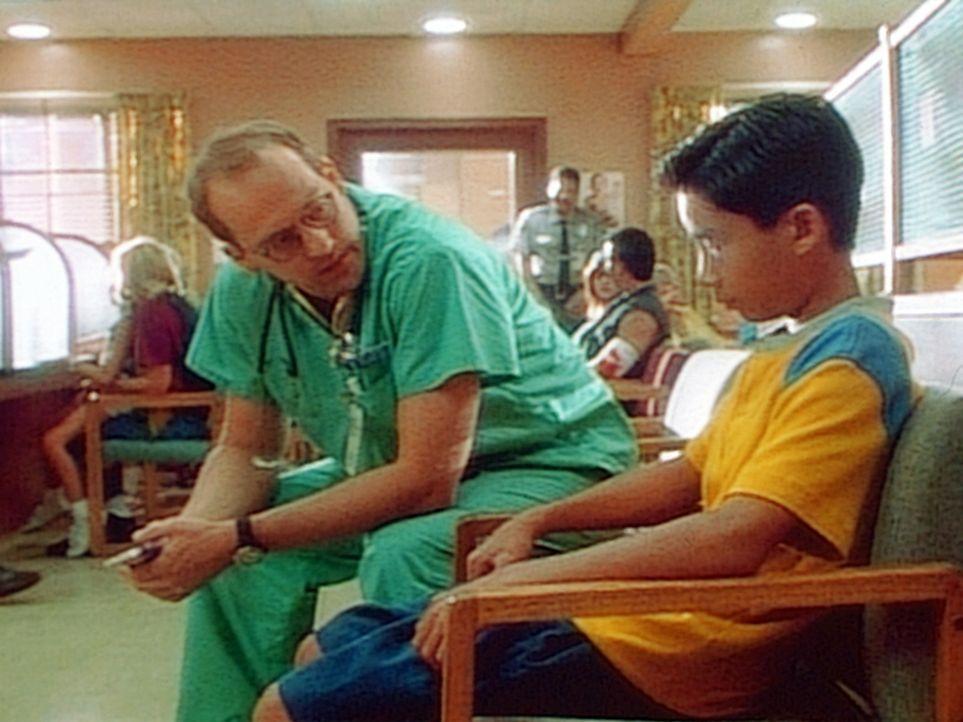 Dr. Greene (Anthony Edwards, l.) spricht dem kleinen Frank Mut zu, die Wahrheit zu sagen. - Bildquelle: TM+  WARNER BROS.