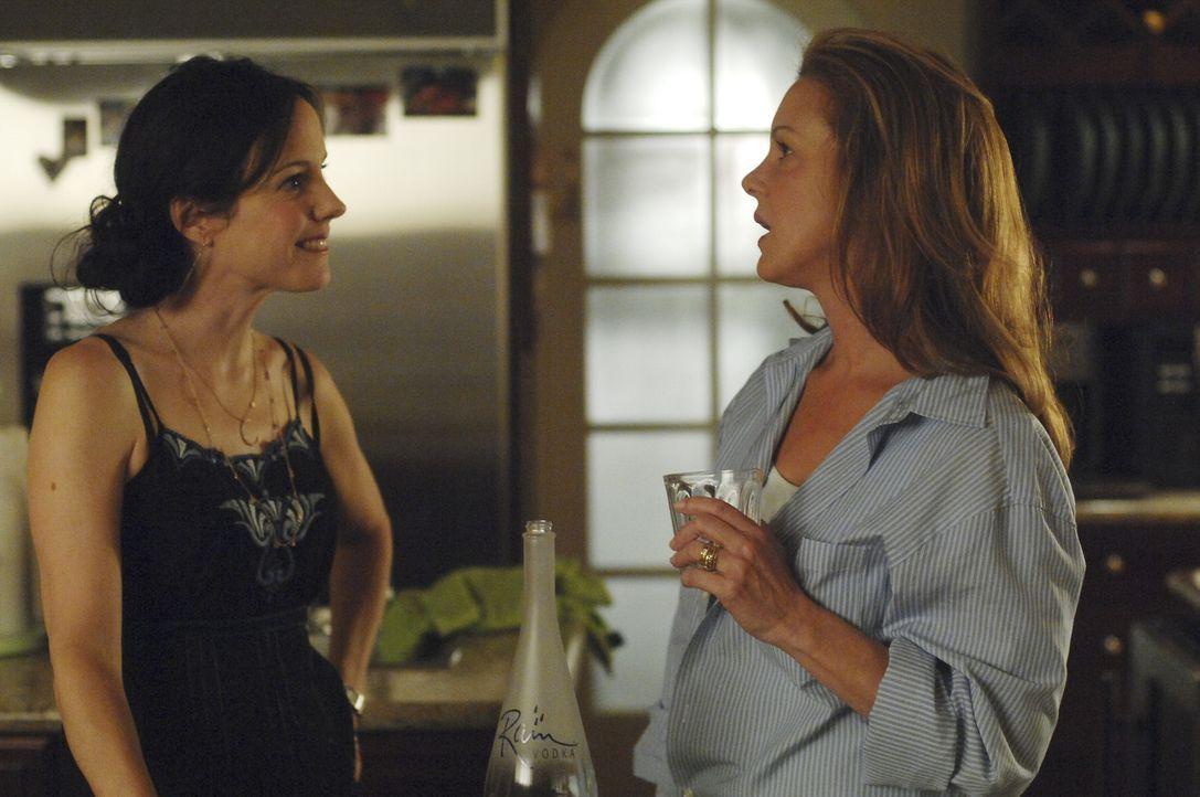 Celia (Elizabeth Perkins, r.) taucht bei Nancy (Mary-Louise Parker, l.) auf und will sie zwingen, sie an ihren Geschäften zu beteiligen ... - Bildquelle: Lions Gate Television