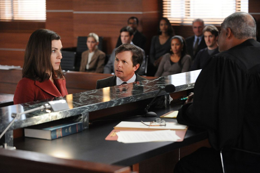 Alicia Florrick (Julianna Margulies, l.) zieht vor Gericht alle Register, was Louis Canning (Michael J. Fox, M.) gar nicht gefällt. Mit der Sammelk... - Bildquelle: 2010 CBS Broadcasting Inc. All Rights Reserved.