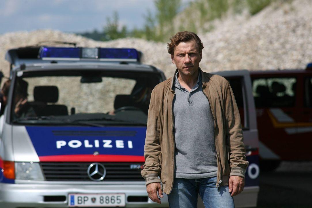 Verfolgt die Polizei auf Schritt und Tritt und rechnet stets mit dem Schlimmsten: Alfred Walch (Richy Müller), der seit Tagen auf ein Lebenszeichen... - Bildquelle: Stefan Haring SAT. 1