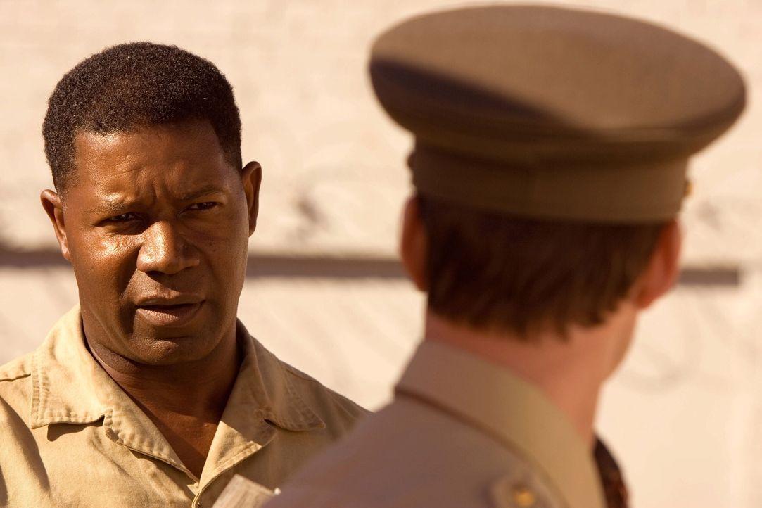 Der südafrikanische Rassist James Gregory (Joseph Fiennes, r.), arbeitet als Gefängniswärter auf Robben Island. Sein Leben verändert sich grundl... - Bildquelle: Warner Brothers International Television Distribution Inc.