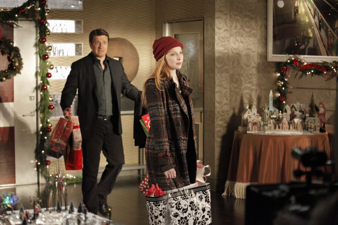Stecken mitten in den Weihnachtsvorbereitungen: Castle (Nathan Fillion, l.) und Alexis (Molly C. Quinn, r.) - Bildquelle: 2012 American Broadcasting Companies, Inc. All rights reserved.