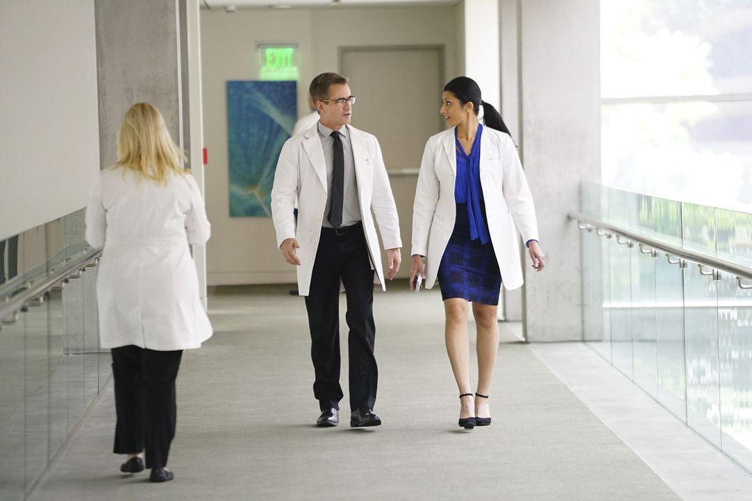 Talaikha (Reshma Shetty, r.) muss ihrer Patientin ein Versprechen geben, dass sie nur ungerne einhalten würde. Unterdessen setzt Walter (Dermot Mulr... - Bildquelle: Sonja Flemming 2016 CBS Broadcasting, Inc. All Rights Reserved