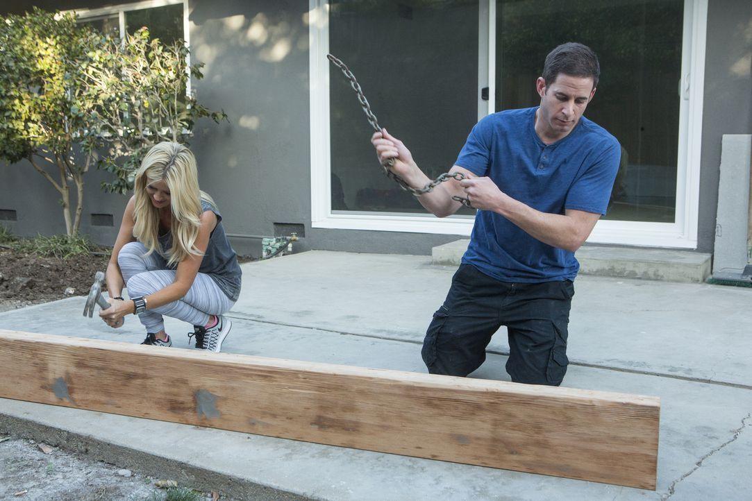 """Christina (l.) und Tarek (r.) möchten den Kaminsims mit einem Holz gestalten, das sie schnell """"altern"""" lassen und dabei zeigen die beiden nicht nur... - Bildquelle: Gilles Mingasson 2016,HGTV/Scripps Networks, LLC. All Rights Reserved"""
