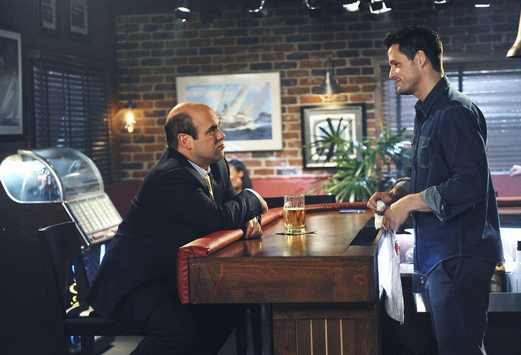 Der Einzelgänger Grayson (Josh Hopkins, r.) ist in seiner Bar Seelenklemptner für seine neuen Freunde - somit auch für Andy (Ian Gomez, l.) ... - Bildquelle: 2009 ABC INC.