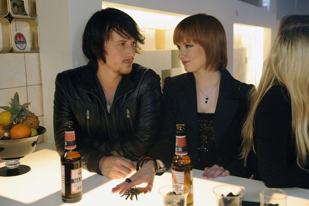 Nach alldem was geschehen ist, machen sich Ben (Christopher Kohn, l.) und Sophie (Franciska Friede, r.) große Sorgen, dass alles rauskommt ... - Bildquelle: SAT.1