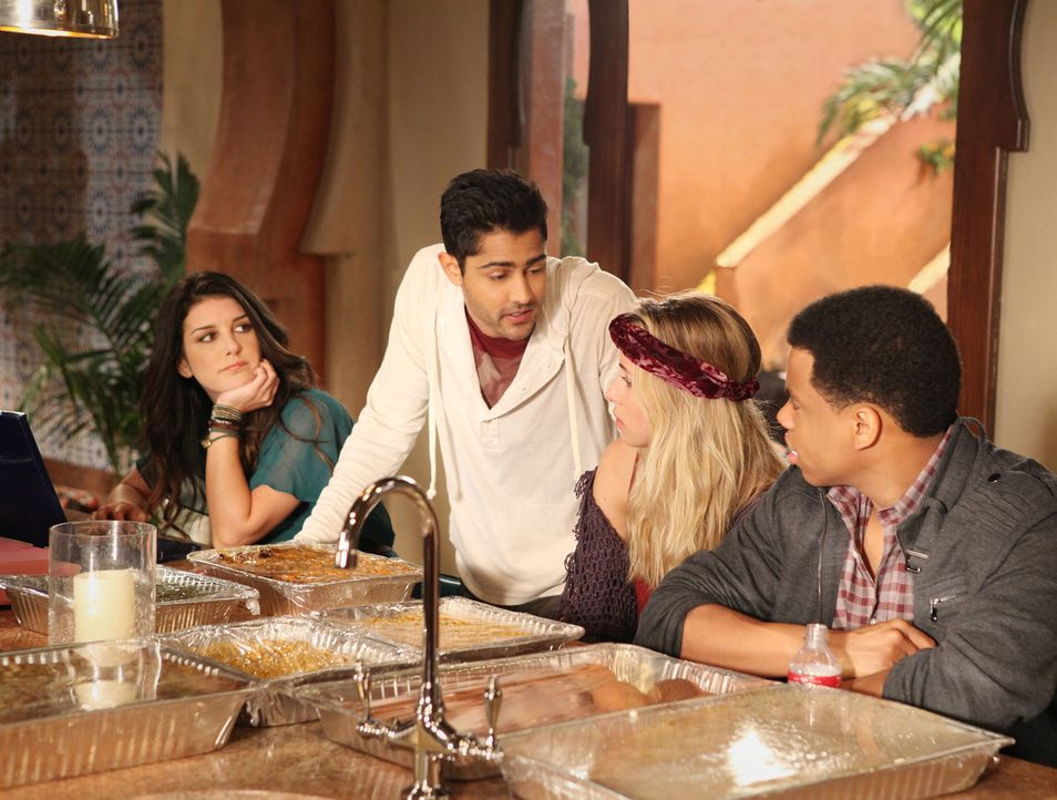 Annie (Shenae Grimes, l.), Raj (Manish Dayal, 2.v.l.), Ivy (Gillian Zinser, 2.v.r.) und Dixon (Tristan Wilds, r.) feiern zusammen Thanksgiving. - Bildquelle: 2011 The CW Network. All Rights Reserved.