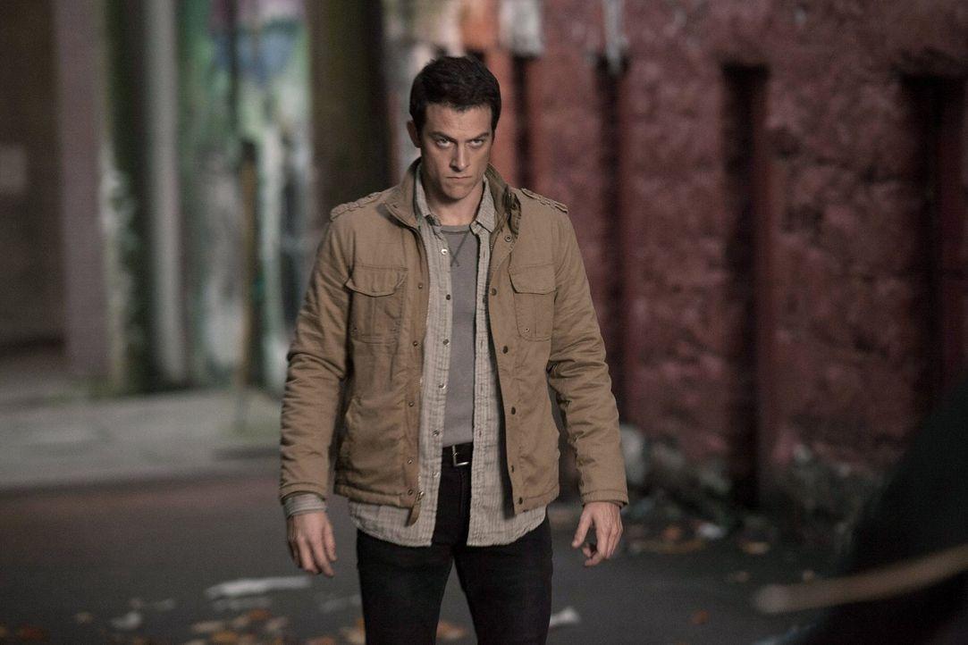"""Als Julian Masters (James Mackay) wieder in die Stadt zurückkehrt, setzt """"Ultra"""" alles daran, ihn dieses Mal nicht entwischen zu lassen ... - Bildquelle: Warner Bros. Entertainment, Inc"""