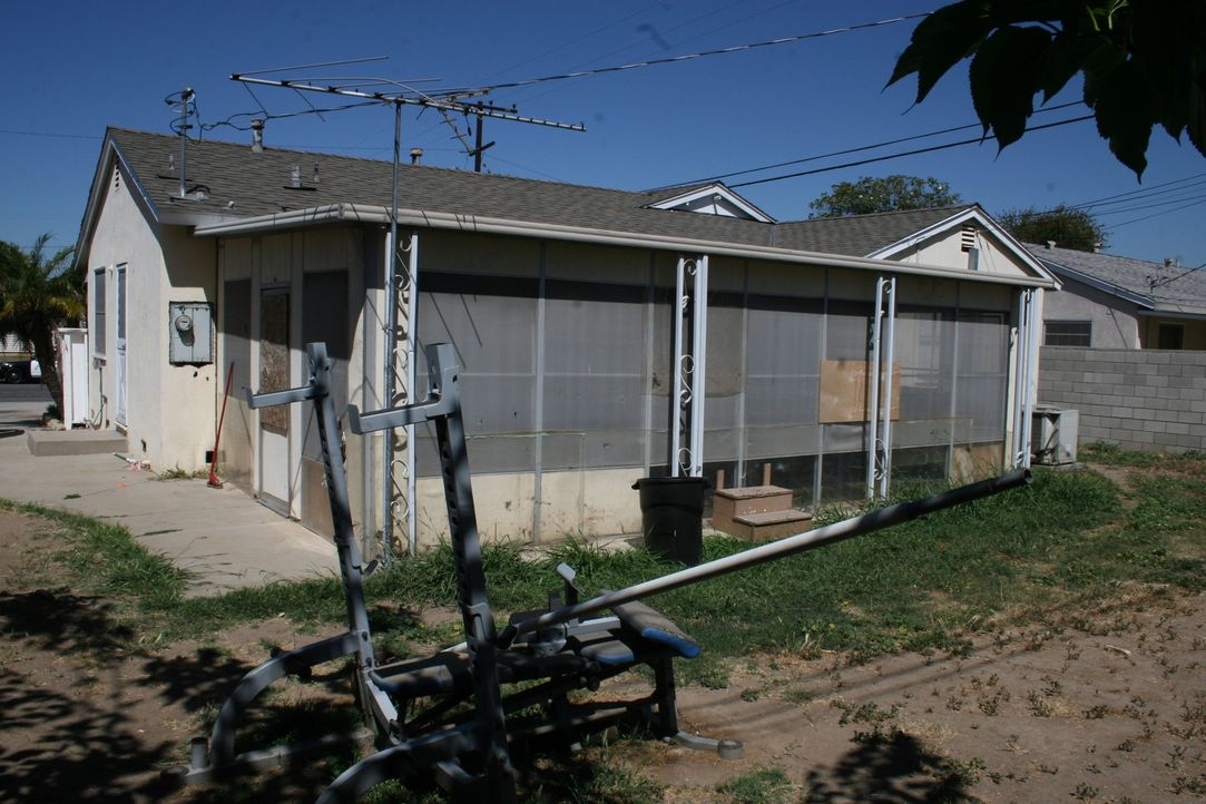 Das Haus verfügt über einen dilettantisch zusammengeschusterten Anbau - kann aus dem Platz eine Sonnenterasse werden? - Bildquelle: 2015,HGTV/Scripps Networks, LLC. All Rights Reserved