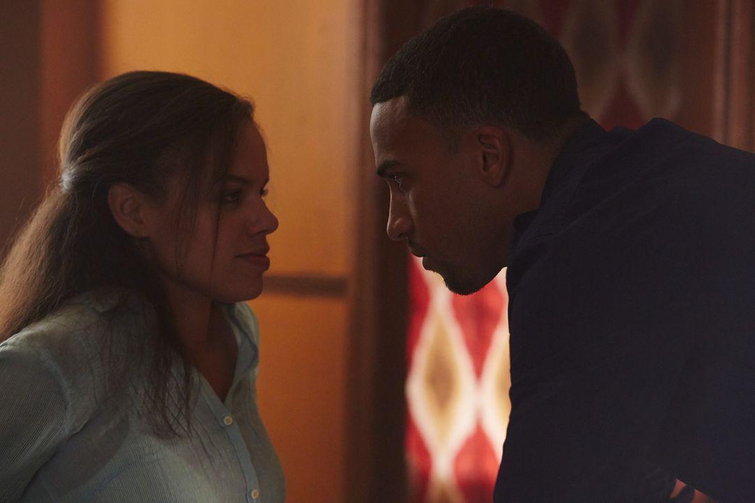 Kann Logan (Michael Xavier, r.) seine geliebte Rachel (Genelle Williams, l.) und seinen ungeborenen Sohn beschützen? - Bildquelle: 2014 She-Wolf Season 1 Productions Inc.