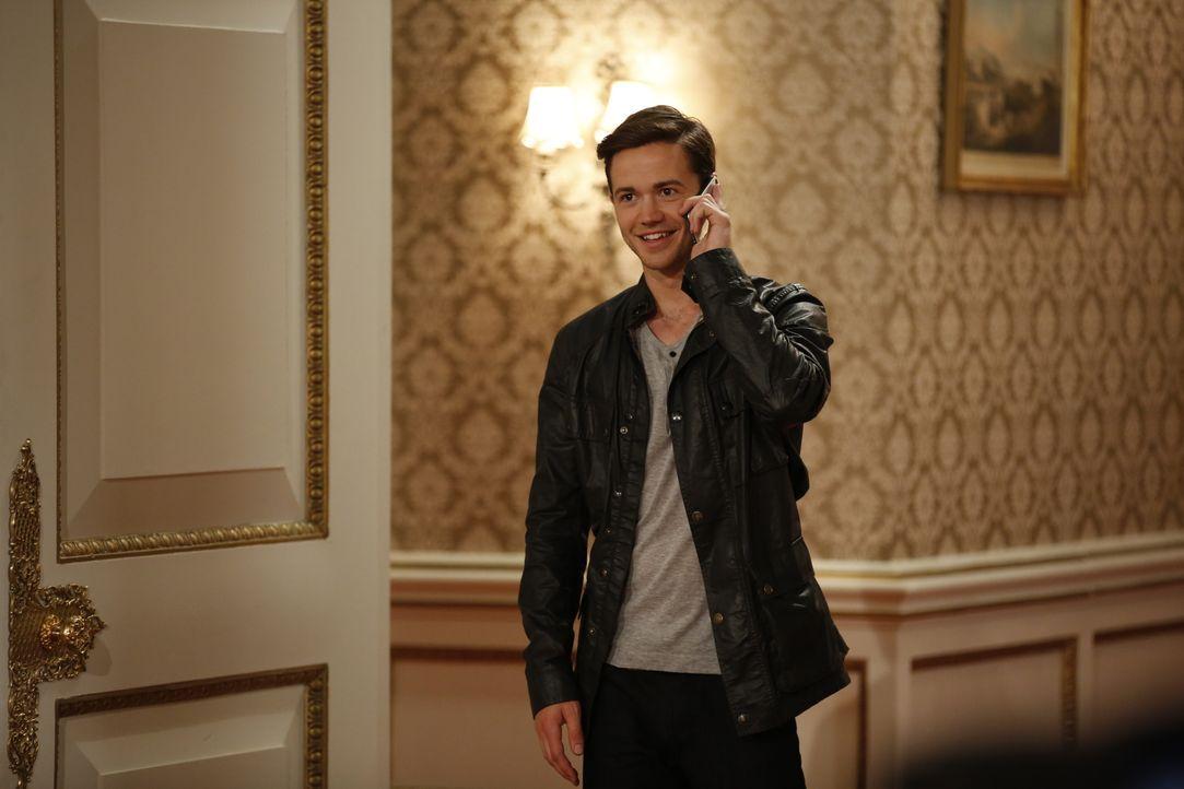 Während sich Prinz Liam mit Gemma auseinandersetzen muss, versucht Nick (Tom Ainsley) bei Ophelia zu landen. Doch hat er eine Chance? - Bildquelle: Tim Whitby 2014 E! Entertainment Media LLC/Lions Gate Television Inc. / Tim Whitby