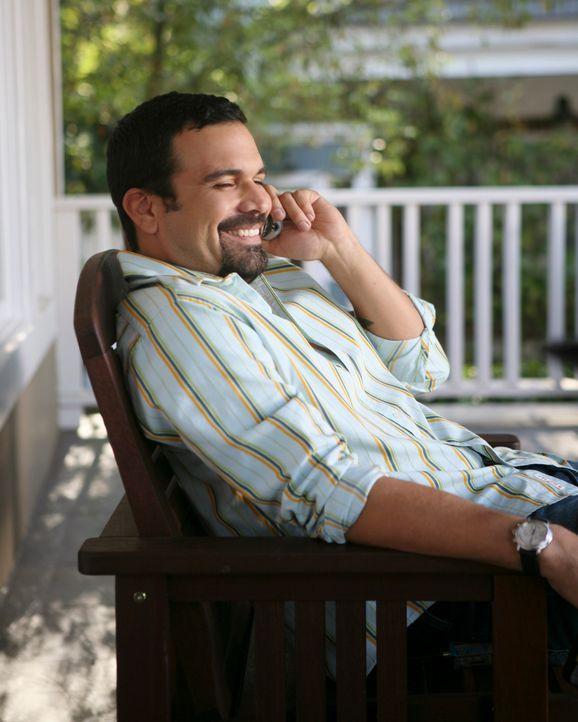 Gabrielle ist überzeugt, dass Carlos (Ricardo Antonio Chavira) ihre neue Beziehung mit Bill sabotieren möchte... - Bildquelle: 2005 Touchstone Television  All Rights Reserved