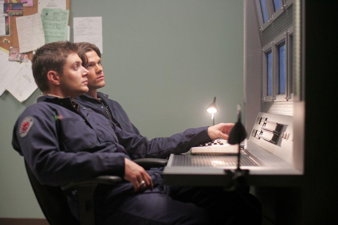 Sam (Jared Padalecki, r.) und Dean Winchester (Jensen Ackles, l.) untersuchen eine Serie von Überfällen, die ein beunruhigendes Muster aufweisen ... - Bildquelle: Warner Bros. Television