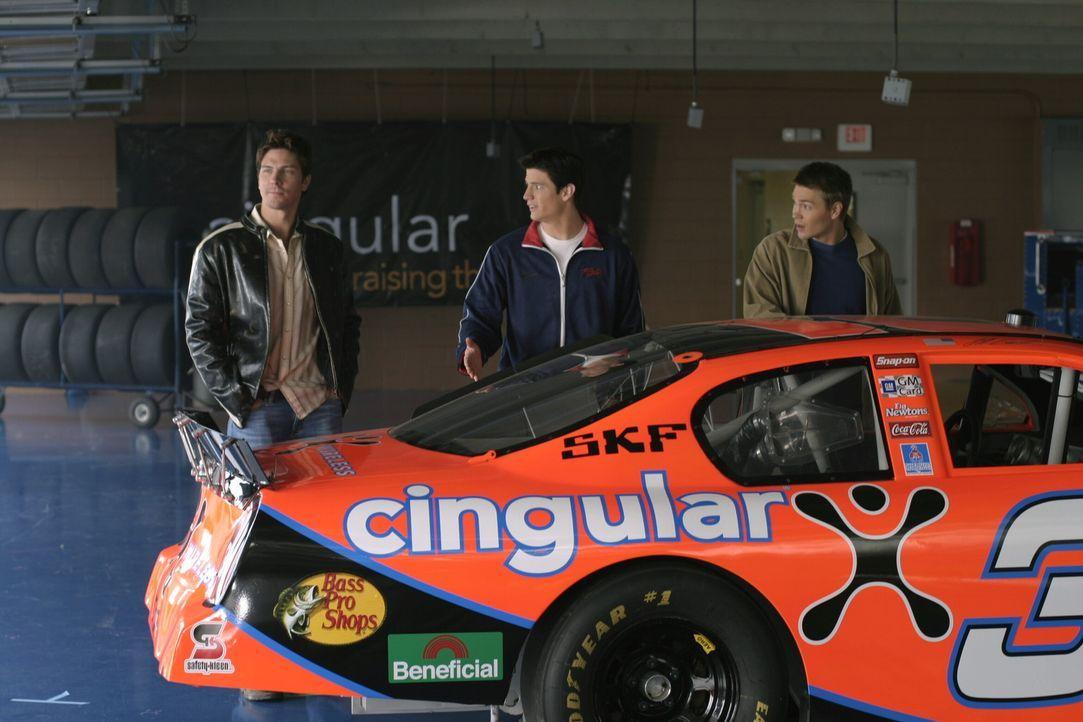 Nathan (James Lafferty, M.) und Lucas (Chad Michael Murray, r.) sind begeistert, weil sie mit Coop (Michael Trucco, M.) auf eine Rennbahn dürfen ... - Bildquelle: Warner Bros. Pictures
