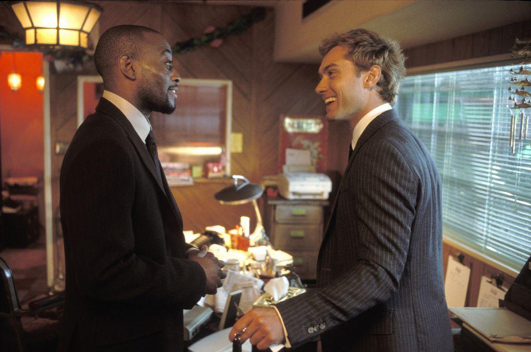 Wenn Chauffeur Alfie (Jude Law, r.) nicht gerade mit Kollege und Kumpel Marlon (Omar Epps, l.) von der eigenen Limousinenflotte träumt, geht er auf... - Bildquelle: Paramount Pictures
