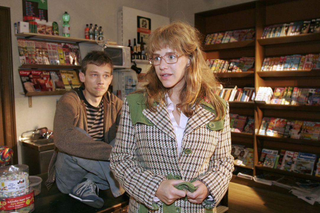 """Lisa (Alexandra Neldel, r.) forscht nach ihrem """"gewissen Etwas"""" - kann Jürgen (Oliver Bokern, l.) ihr dabei helfen? (Dieses Foto von Alexandra Nelde... - Bildquelle: Noreen Flynn SAT.1 / Noreen Flynn"""