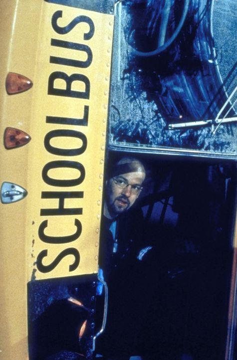 Der Schneepflug hat einen Schulbus gerammt. Dr. Greene (Anthony Edwards) kümmert sich vor Ort um die verletzten und eingeklemmten Kinder. - Bildquelle: TM+  2000 WARNER BROS.