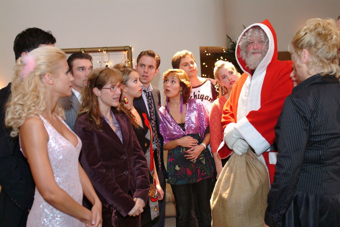 Wer verbirgt sich hinter dem Weihnachtsmann (Dirk Hinzberg, 2.v.r.)? V.l.n.r.: Sabrina (Nina-Friederike Gnädig), David (Mathis Künzler), Richard (Ka... - Bildquelle: Monika Schürle SAT.1 / Monika Schürle