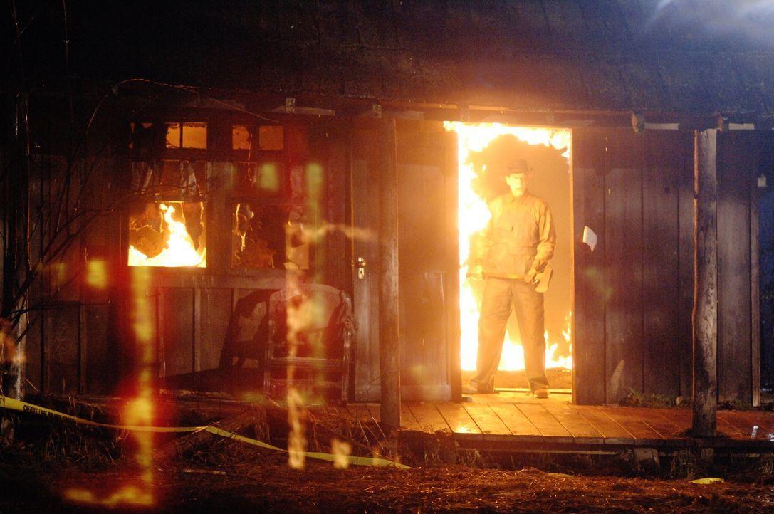 Sam und Dean sehen nur noch ne Chance - das Geisterhaus samt Geist (Nicholas Harrison) abzubrennen ... - Bildquelle: Warner Bros. Television