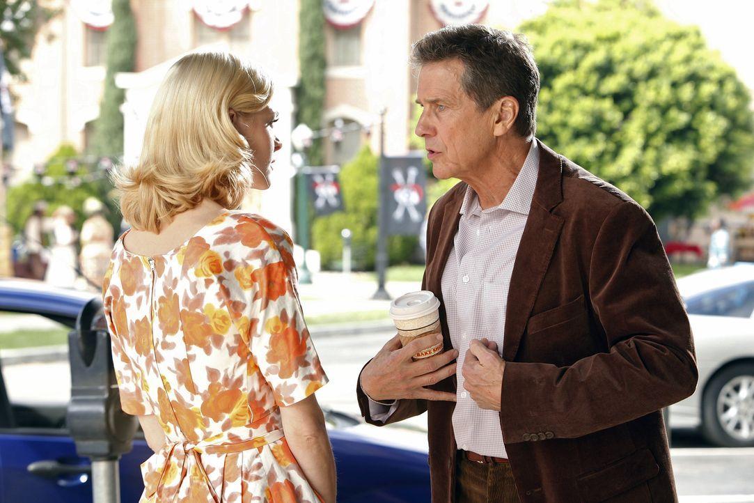 Mal wieder stellen Brick (Tim Matheson, r.) und Lemon (Jaime King, l.) fest, wie sehr sie sich wünschen, dass Zoe wieder weg wäre. Es dauert nicht l... - Bildquelle: Warner Bros.