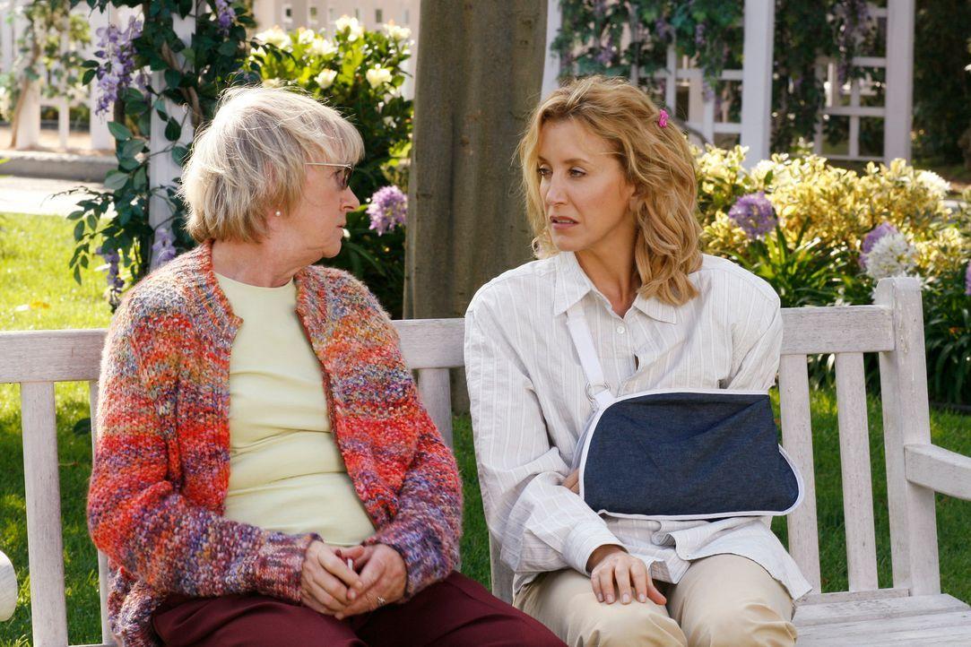 Nach alldem was vorgefallen ist, bittet Tom Lynette (Felicity Huffman, r.) sich Hilfe zu suchen und diese findet sie bei Mrs. McClusky (Kathryn Joos... - Bildquelle: 2005 Touchstone Television  All Rights Reserved