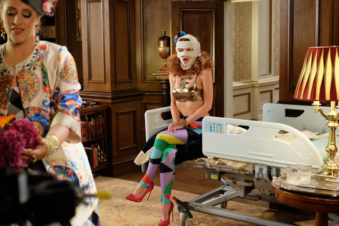 König Cyrus Töchter, Prinzessin Maribel (Jerry-Jane Pears, r.) und Prinzessin Penelope (Lydia Rose Bewley, l.), ahnen nicht, dass ihre Tante Königin... - Bildquelle: 2015 E! Entertainment Media LLC/Lions Gate Television Inc.