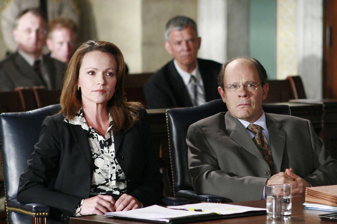 Die Verteidigerin Sadie Abrams (Clare Carey, l.) versucht alles, um den Schuldirektor Ackerman (Ethan Philips, r.) zu seinem Recht zu verhelfen ... - Bildquelle: Disney - ABC International Television
