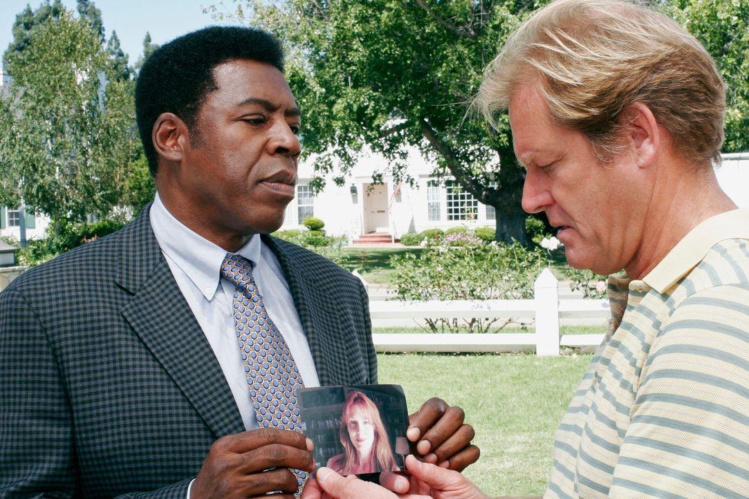 Nachdem eine Frauenleiche gefunden wurde ist Detecive Ridley (Ernie Hudson, l.) auf der Suche nach Hinweisen. Hat Harvey Bigsby (Brian Kerwin, r.) e... - Bildquelle: 2005 Touchstone Television  All Rights Reserved