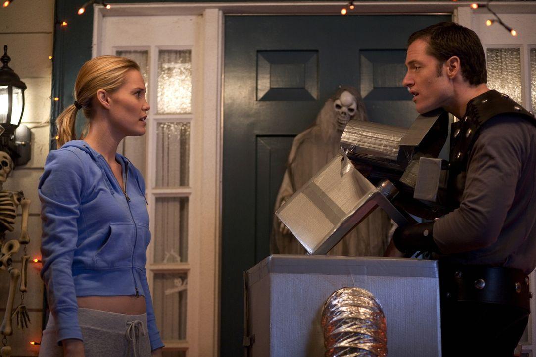 Emma (Leslie Bibb, l.) und Henry (Tahmoh Penikett, r.) müssen erfahren, was passiert, wenn man die Halloween-Dekoration zu früh abbaut ... - Bildquelle: 2007   Warner Brothers