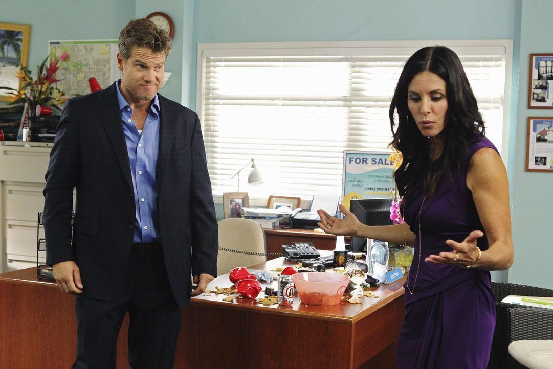 Jules (Courteney Cox, r.) kann nicht fassen, dass Bobby (Brian Van Holt, l.) sich in ihre Geschäfte einmischt. Zwischen den beiden kommt es zu eine... - Bildquelle: 2010 ABC INC.
