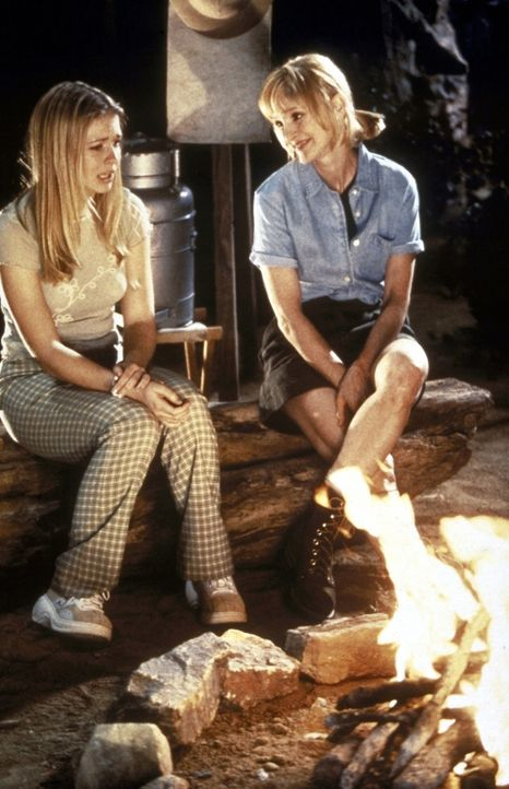 Sabrina (Melissa Joan Hart, l.) musste wählen zwischen ihrer Mutter (Pam Blair, r.) oder ihren magischen Kräften. Sie hat sich dafür entschieden,... - Bildquelle: Paramount Pictures