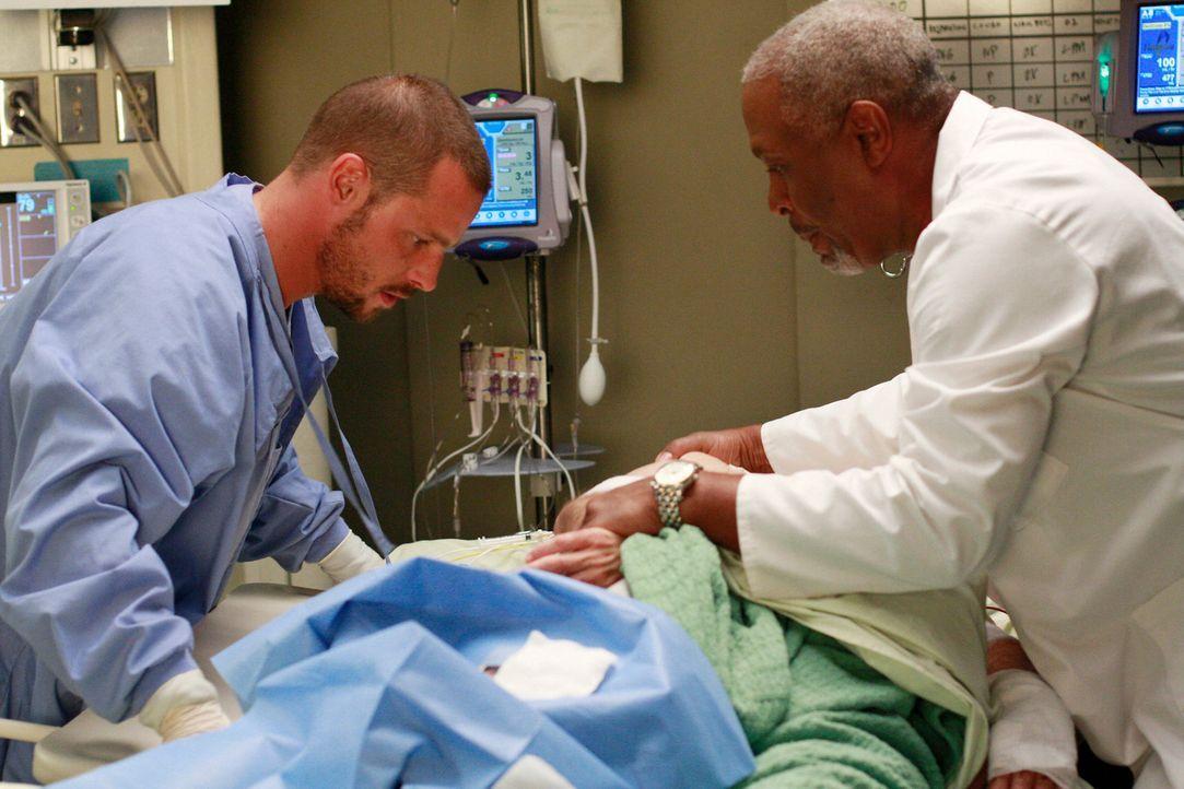 Kümmern sich um Scott Robinson (Steven Flynn, M.), der von einem Bären angefallen wurde: Webber (James Pickens Jr., r.) und Alex (Justin Chambers,... - Bildquelle: Touchstone Television