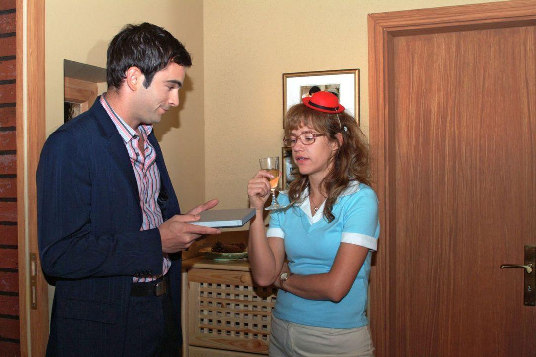 Überraschend steht David (Mathis Künzler, l.) vor der Tür - aber Lisa (Alexandra Neldel, r.) reagiert kühl. (Dieses Foto von Alexandra Neldel da... - Bildquelle: Monika Schürle Sat.1