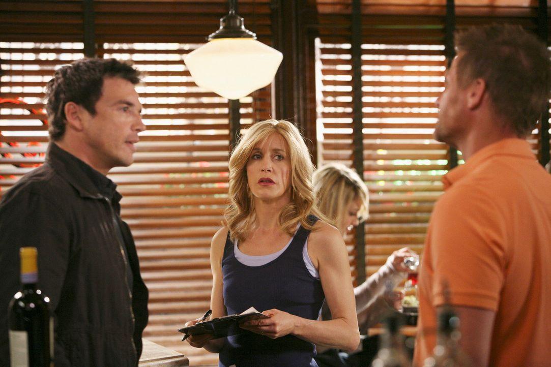 """Als Rick (Jason Gedrick, l.) plötzlich wieder in """"Scavo's Pizzeria"""" auftaucht und Tom (Doug Savant, r.) und Lynette (Felicity Huffman, M.) mitteilt,... - Bildquelle: ABC Studios"""