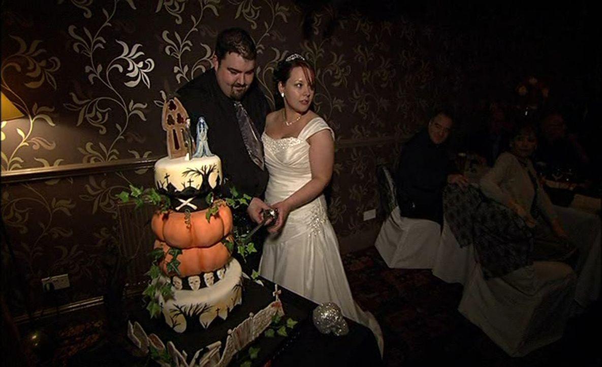 Skurrile Hochzeit: Braut Nummer drei feiert eine Hochzeit im Halloween-Look. Ob das wirklich bei allen für gute Laune sorgt? - Bildquelle: ITV Studios Limited 2012