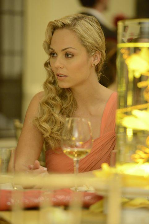 Noch ahnt Elena (Laura Vandervoort) nicht, was für ein unmoralisches Angebot sie auf Beckys Hochzeit bekommen wird ... - Bildquelle: 2014 She-Wolf Season 1 Productions Inc.