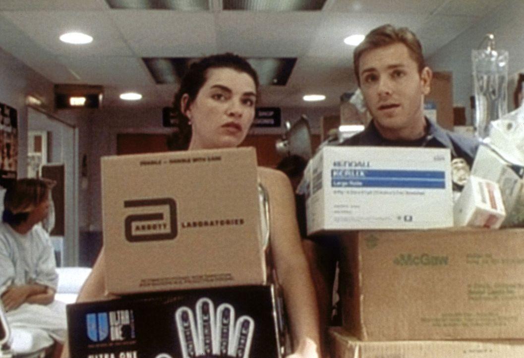 Carol (Julianna Margulies, l.) ist sehr erleichtert, dass Shep (Ron Eldard, r.) ihr beim Tragen hilft. - Bildquelle: TM+  WARNER BROS.