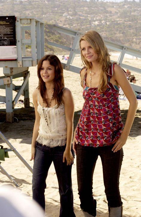 Summer (Rachel Bilson, l.) begeleitet Marissa (Mischa Barton, r.) zum Strand um sich ein Bild vom Marissas neuen Freunden zu machen ... - Bildquelle: Warner Bros. Television