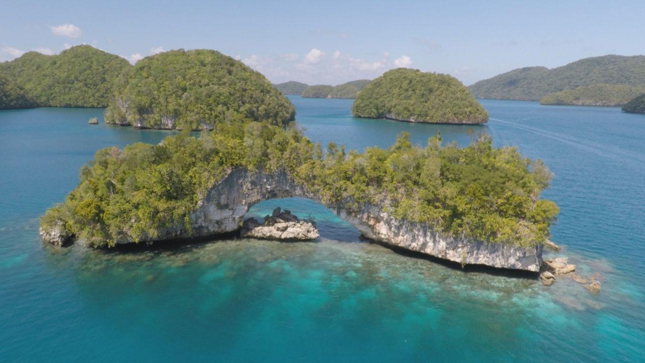 Diese natürliche Felsbrücke steht mitten im Pazifischen Ozean bei Palau und ist ein sehenswertes Naturwunder ... - Bildquelle: 2016, The Travel Channel, L.L.C. All Rights Reserved