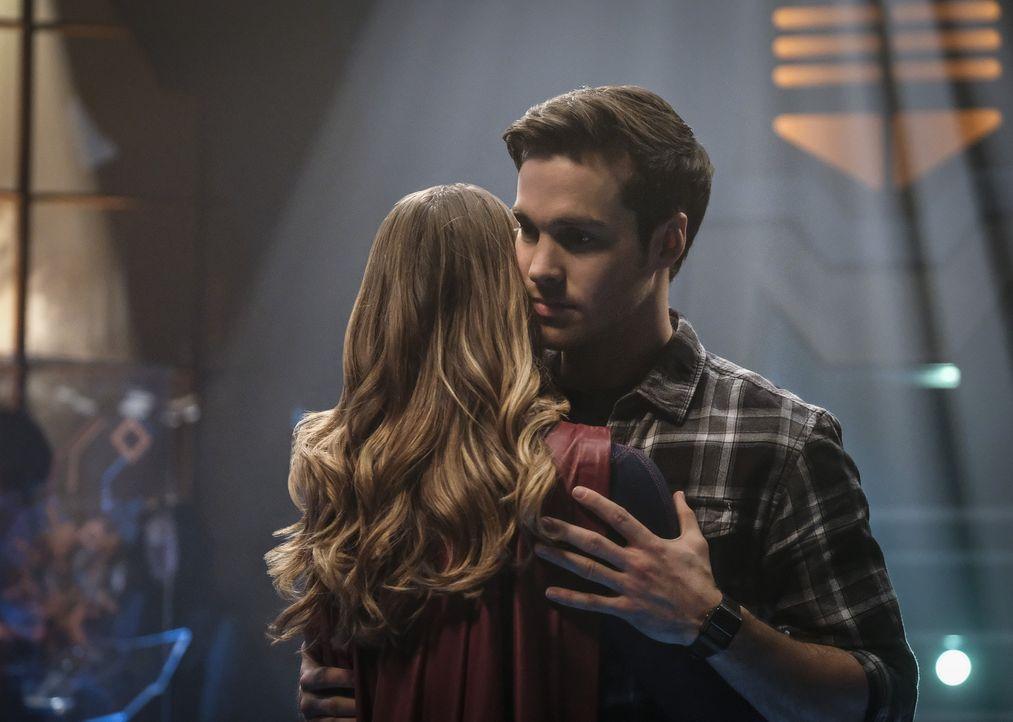 Wird Supergirl (Melissa Benoist, l.) ihren Hero Mon-El (Chris Wood, r.) für immer verlieren? - Bildquelle: 2016 Warner Brothers