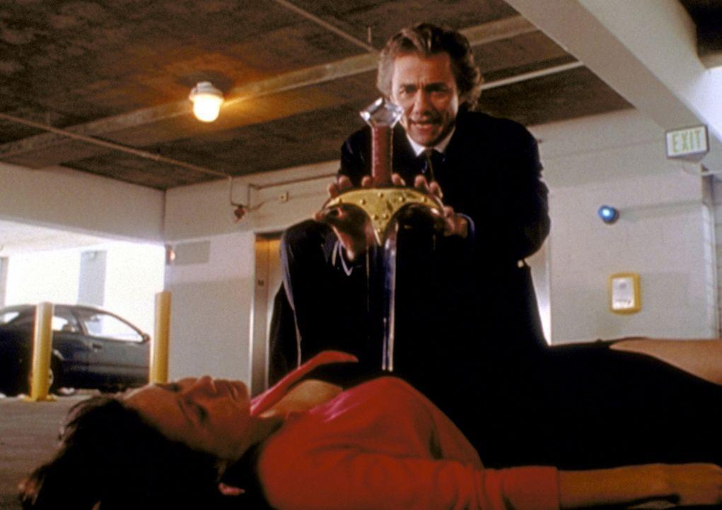 Mit einem Kristallschwert, das Gabriel (Alex McArthur, r.) unverwundbar macht, hat er Prue (Shannen Doherty, l.) getötet ... - Bildquelle: Paramount Pictures