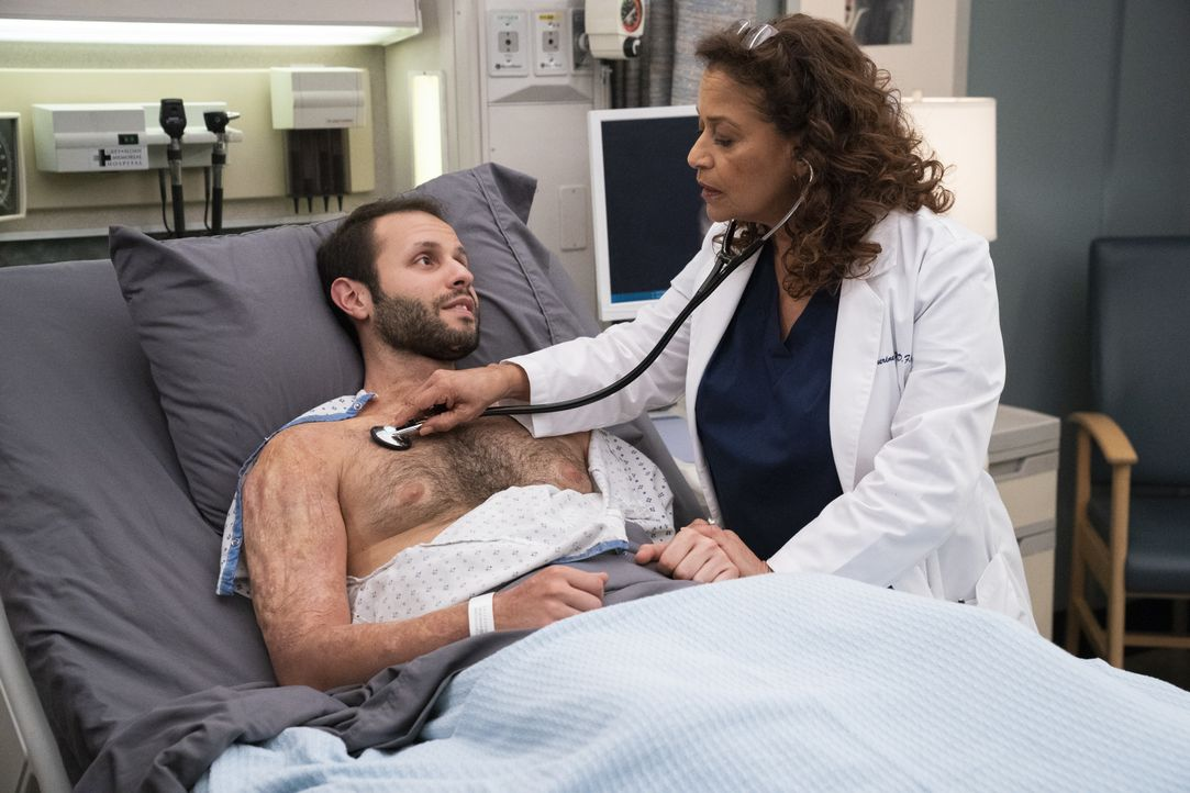 Caleb Hicks (Sommer Carbuccia, l.); Dr. Catherine Avery (Debbie Allen, r.) - Bildquelle: Mitch Haaseth ABC Studios / Mitch Haaseth