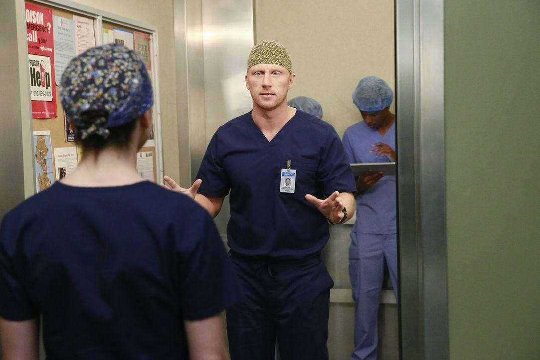 Während Amelia (Caterina Scorsone, l.) von Owen (Kevin McKidd, r.) wissen möchte, warum er auf Dr. Nathan Riggs so heftig reagiert, wird eine Gruppe... - Bildquelle: Mitchell Haaseth ABC Studios