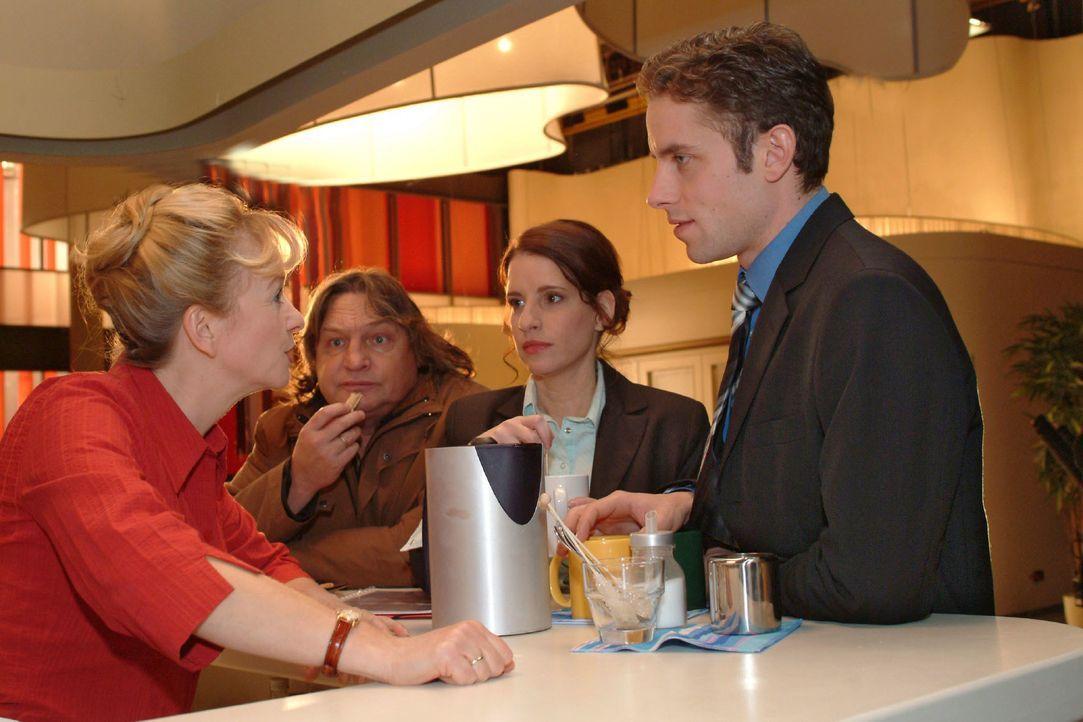 Bernd (Volker Herold, 2.v.l.) beobachtet voller Stolz seine Helga (Ulrike Mai, l.). Doch er selbst fühlt sich von Inka (Stefanie Höner, 2.v.r.) und... - Bildquelle: Monika Schürle SAT.1 / Monika Schürle
