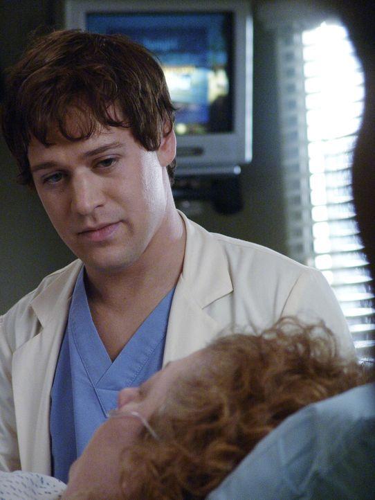 Nachdem Alex sich seine Chance versaut hat, bei der Operation von Annie (Alex Alexander, r.) dabei zu sein, bekommt George (T.R. Knight, l.) seine ... - Bildquelle: Touchstone Television