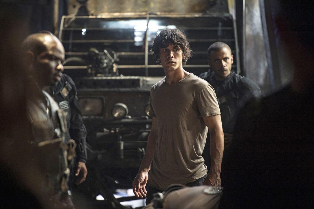 Gelingt es Pike, Bellamy (Bob Morley) auf seine Seite zu ziehen und gegen die Grounder aufzuhetzen? - Bildquelle: 2014 Warner Brothers